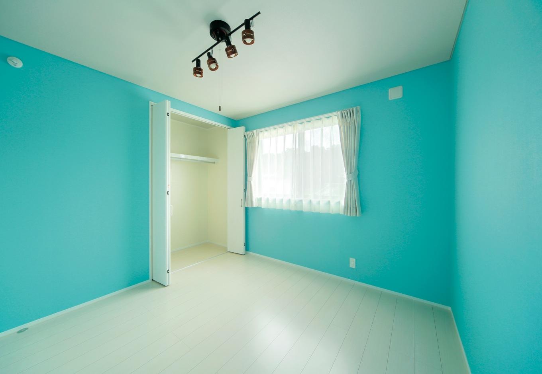ココハウス【デザイン住宅、収納力、間取り】スカイブルー×白で統一した子ども室は明るくさわやかな印象。収納もたっぷり設けてある