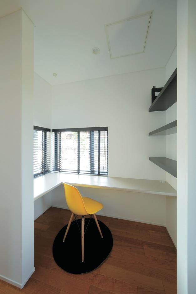 ココハウス【デザイン住宅、収納力、間取り】L字形で窓とカウンターを取り付けて、採光と作業範囲を確保。PC配線、本棚もあり、家族の活用率もアップ