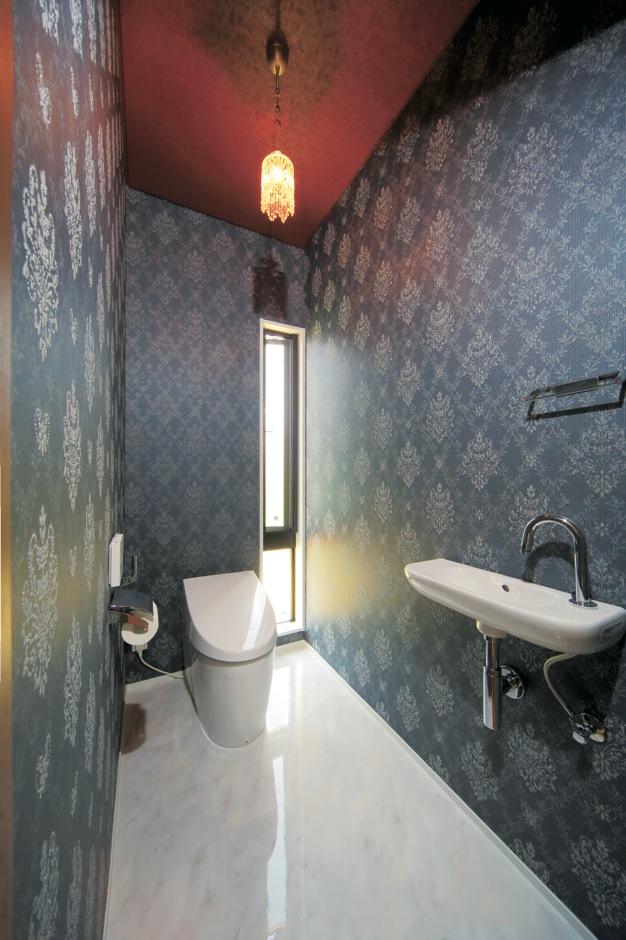 ココハウス【デザイン住宅、収納力、間取り】トイレは大柄のクロスでアバンギャルドにコーディネート