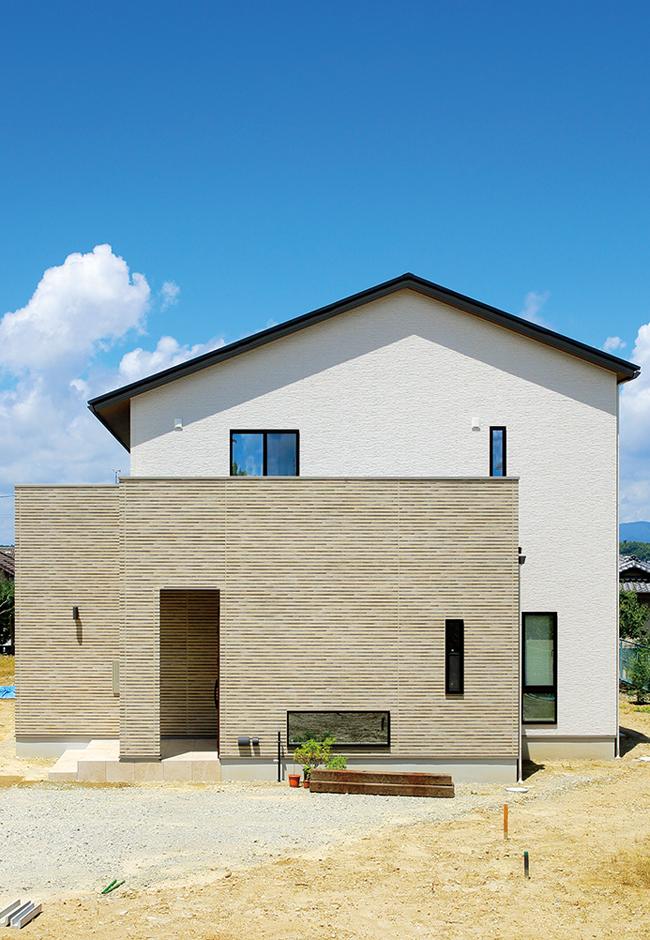 ココハウス【デザイン住宅、収納力、間取り】外観はシンプルで飽きのこないデザイン。プライバシーに配慮し、玄関ポーチの壁で庭先を覆っている。南面は軒を深く出し、自然光を調節する工夫がなされている