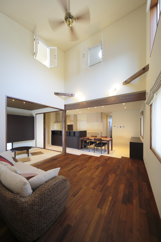 室内窓があり、空気の流れや解放感があるリビング。LDKと和室が一体となり、28.5帖のゆとりのある空間になっている