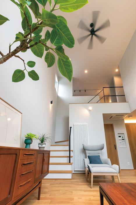 ココハウス【浜松市中区富塚町5212-7・モデルハウス】シンプルで開放的な空間に、こだわりの家具が映えるリビング。吹抜けによって1階と2階が繋がり、どこにいても家族の気配を感じとれる