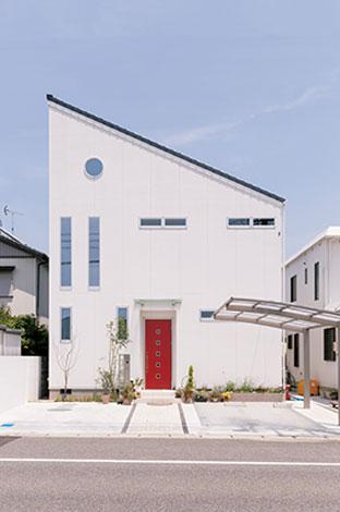 ito-pro イトープロ【デザイン住宅、趣味、省エネ】片流れ屋根が美しいエッジの効いた外観。赤い玄関ドアがアクセントになっている