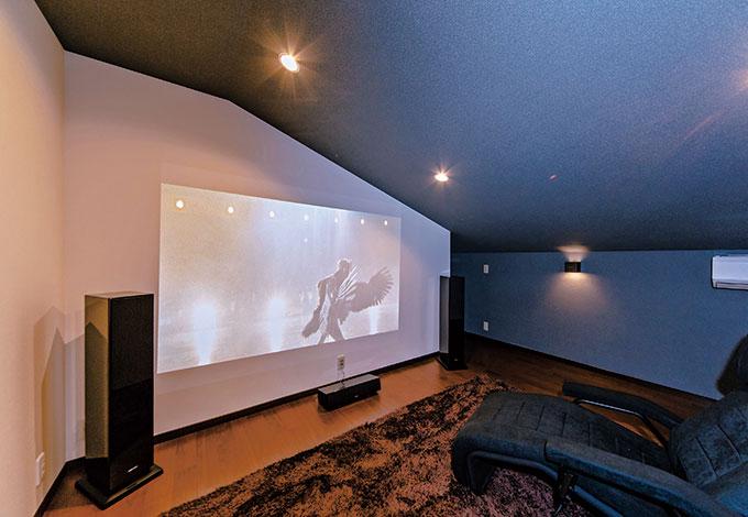 ito-pro イトープロ【デザイン住宅、趣味、省エネ】ロフトに設けたシアタールーム。仕事から帰ってきたご主人と次女がいつも大音量で映画鑑賞を楽しむ。スクリーンの裏側は大容量の収納庫になっている