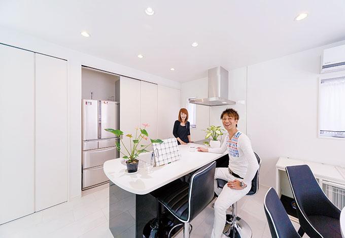 ito-pro イトープロ【デザイン住宅、趣味、省エネ】アイランド風のおしゃれなキッチン。冷蔵庫や電子レンジ、ゴミ箱などを隠せるよう、バックヤードに3連の引き戸を付けた