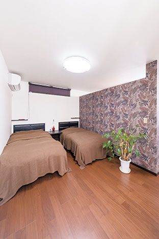 ito-pro イトープロ【デザイン住宅、趣味、省エネ】主寝室だけは雰囲気を変えて、落ち着いたダークブラウンでコーディネート。仕切りの向こうは3.5畳のウォークインクローゼット