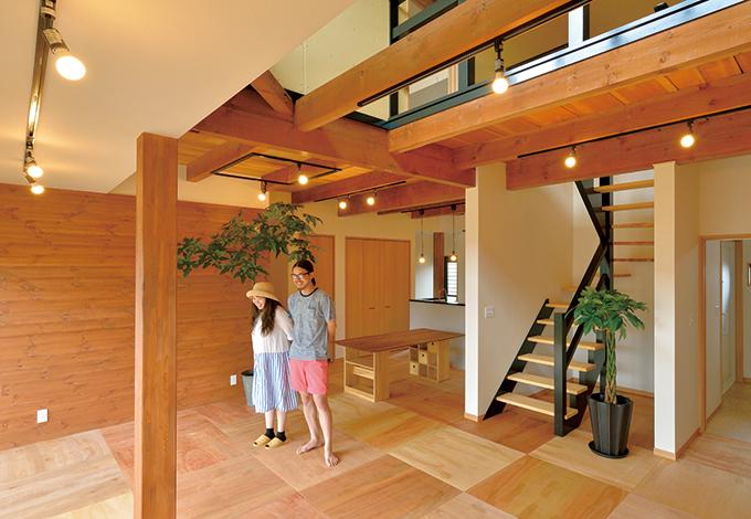 ito-pro イトープロ|大きな掃出し窓と吹抜けから燦々と光が降り注ぐLDK。黒い手摺のストリップ階段が木の空間のアクセントに。家そのものが呼吸する「通気断熱WB工法」を採用したことで、断熱性を高めると同時に常にきれいな空気が流れている