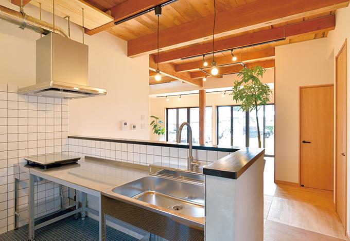 ito-pro イトープロ|業務用のステンレスキッチンは奥さまからのリクエスト。デザインと機能性を見事に両立した。バックヤードの食器棚は伊藤社長自ら造作