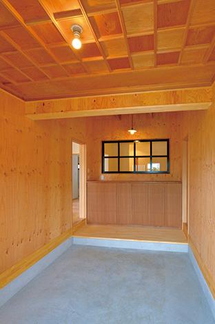 ito-pro イトープロ|広々とした土間玄関はご主人のこだわり。黒い窓枠が空間を引き締めている。天井の市松模様もおしゃれ