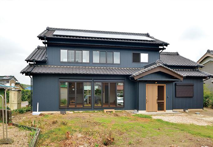 ito-pro イトープロ|屋根瓦、構造材をそのまま活かした外観。5kWの太陽光パネルを搭載