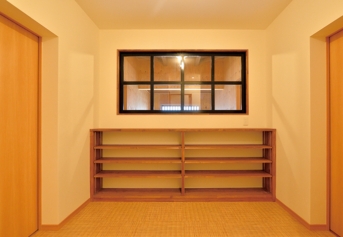 ito-pro イトープロ|リビングと客間の間のスペースに設けた大容量の収納庫。可動棚はもちろん造作