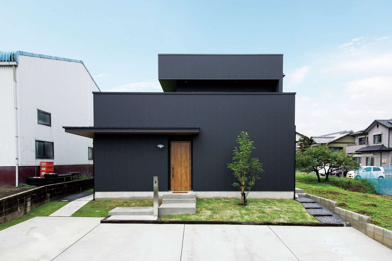 SEVEN HOUSE/セブンハウス【デザイン住宅、輸入住宅、インテリア】外観にはブラックのガルバリウム鋼板を選択。線と面のみで構成された特徴的なフォルムが印象的だ