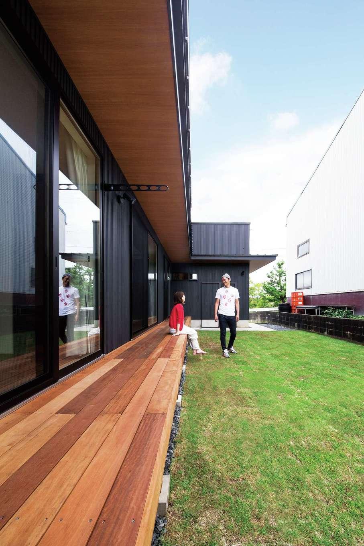 SEVEN HOUSE/セブンハウス【デザイン住宅、輸入住宅、インテリア】ウッドデッキと芝の庭。土間収納と繋がっていてBBQも快適