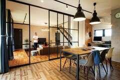 ブラック格子が室内風景を縁取るBrooklyn, New York スタイル