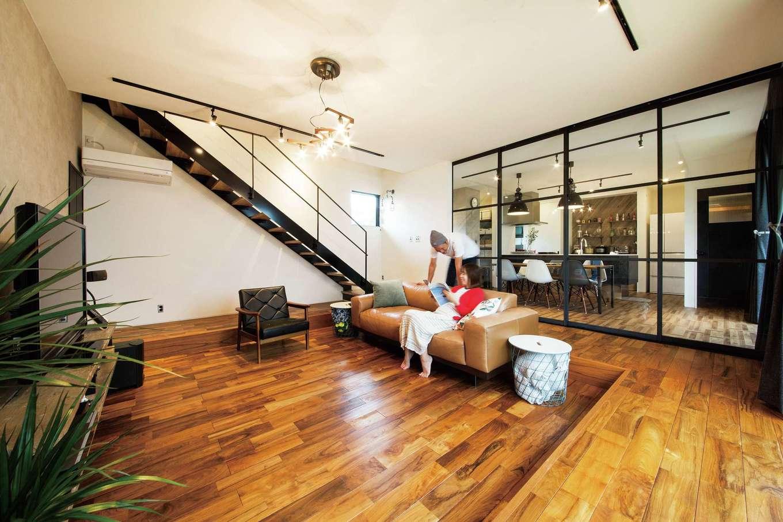 SEVEN HOUSE/セブンハウス【デザイン住宅、輸入住宅、インテリア】リビングスペースには、チークの無垢材とダウンフロアを採用。天井が高くなり数字以上に広く見え、ベンチ代わりに使っても快適だ