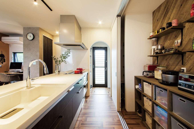 SEVEN HOUSE/セブンハウス【デザイン住宅、輸入住宅、インテリア】キッチン背面の見せる棚はすぐに隠すことも可能。R壁のウォークインパントリーなど収納豊富で、住空間はすっきり