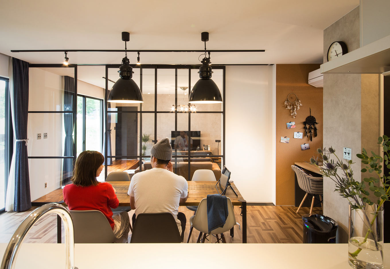SEVEN HOUSE/セブンハウス【デザイン住宅、輸入住宅、インテリア】LDKの中央に配したブラック格子の室内窓は、どの角度からも風景を縁取り、日常でありながら非日常感を与えてくれる