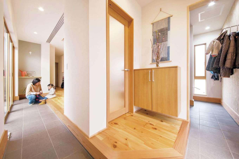 SEVEN HOUSE/セブンハウス【デザイン住宅、子育て、自然素材】玄関を入ってすぐの室内の景色。右は収納、中央は玄関ホール、左はリビング。これらを土間がつなげている