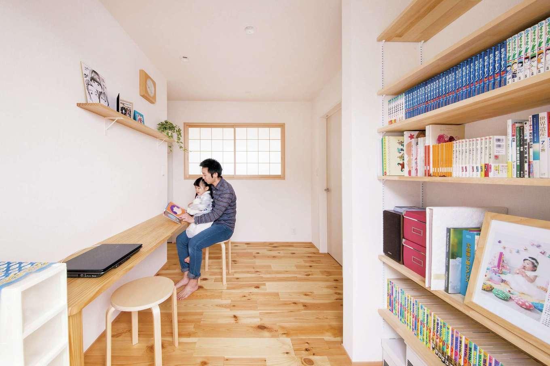 SEVEN HOUSE/セブンハウス【デザイン住宅、子育て、自然素材】2階共有スペースは、広々設計。書棚やスタディスペースがあり、また、プライベートルームを通らずここからベランダに行けるよう工夫した