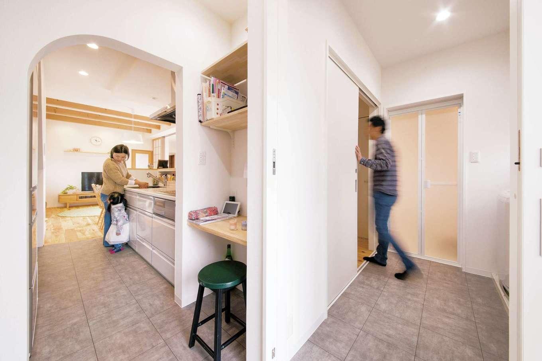 SEVEN HOUSE/セブンハウス【デザイン住宅、子育て、自然素材】家をぐるりと回れる動線が便利。リビング、和室、洗面室、風呂、パントリー、キッチンとつながる
