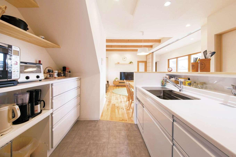 SEVEN HOUSE/セブンハウス【デザイン住宅、子育て、自然素材】空間を効率的に利用した、使い勝手の良いキッチン。階段下スペース部分に背面収納を設けている