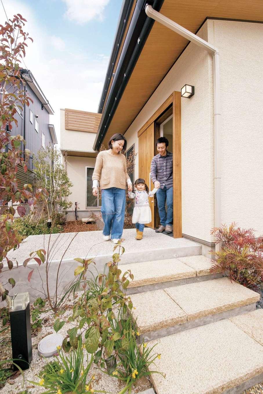 SEVEN HOUSE/セブンハウス【デザイン住宅、子育て、自然素材】シンプルな外観も印象的。緑に囲まれたアプローチが、この家の特徴をよく表現している