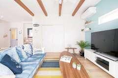 砂浜と海を感じる〈白と青〉カリフォルニアスタイルの家