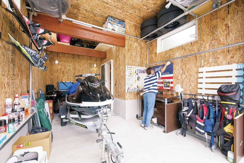 アメリカンガレージを意識し全面OSB合板張りと、アメリカンスイッチを使用。現在はご主人が棚や道具かけなどを制作中