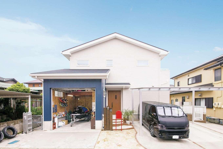 SEVEN HOUSE/セブンハウス【デザイン住宅、ガレージ、インテリア】外観も爽やかな白と青。カリフォルニアスタイルでありながら、周囲の環境とも馴染むバランス感覚の素晴らしいデザイン
