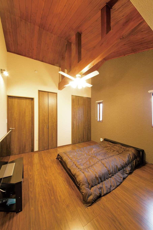 2階の主寝室は、家のコンセプトであるマリンテイストからあえてずらし、新婚旅行で訪れたバリ島の落ち着いた空間をイメージ