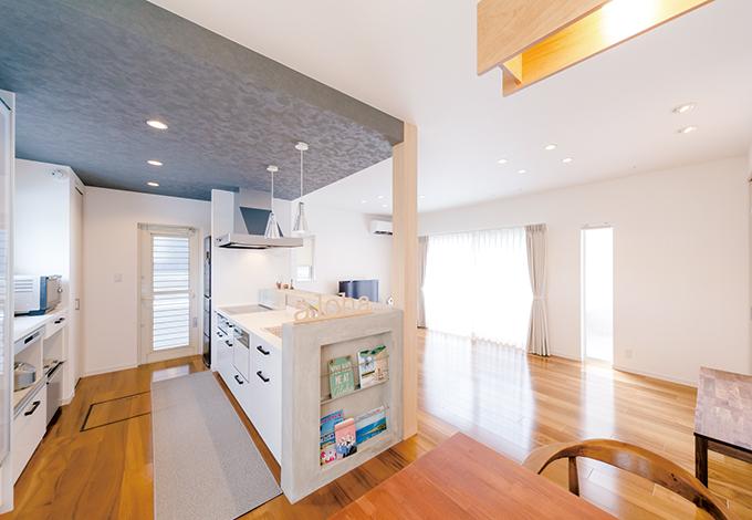 SEVEN HOUSE/セブンハウス【デザイン住宅、輸入住宅、間取り】腰壁の一部をマガジンラックに。家族でキッチンに立っても余裕の広さ
