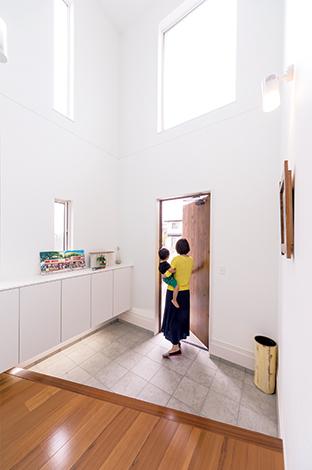 SEVEN HOUSE/セブンハウス【デザイン住宅、輸入住宅、間取り】吹き抜けの上部開口から陽が差し込み、リゾート感たっぷりの玄関。正面の壁は水色に。子どもたちが家を出入りする際、楽しい気分になれるようにという思いから