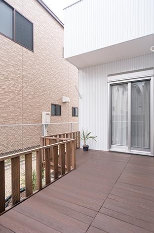 SEVEN HOUSE/セブンハウス【デザイン住宅、輸入住宅、間取り】南側に設置したウッドデッキはご主人が組み立てた力作。洗面室からも出ることができ、洗濯動線は完璧。庭をジャングルのようにするのがご主人の夢