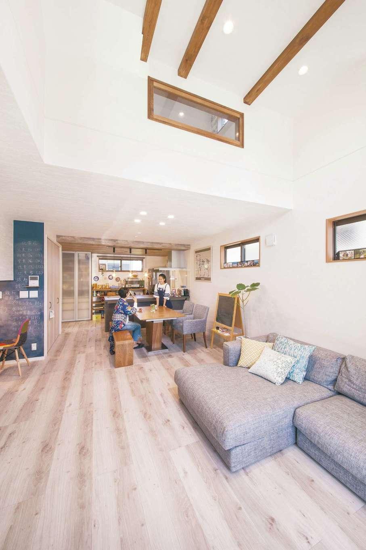 SEVEN HOUSE/セブンハウス【デザイン住宅、趣味、間取り】吹き抜けの高い位置に窓を設けたことにより、LDKは開放的で明るい空間に。母娘でまったり過ごしても、大人数が一堂に会するパーティを開催しても快適だ