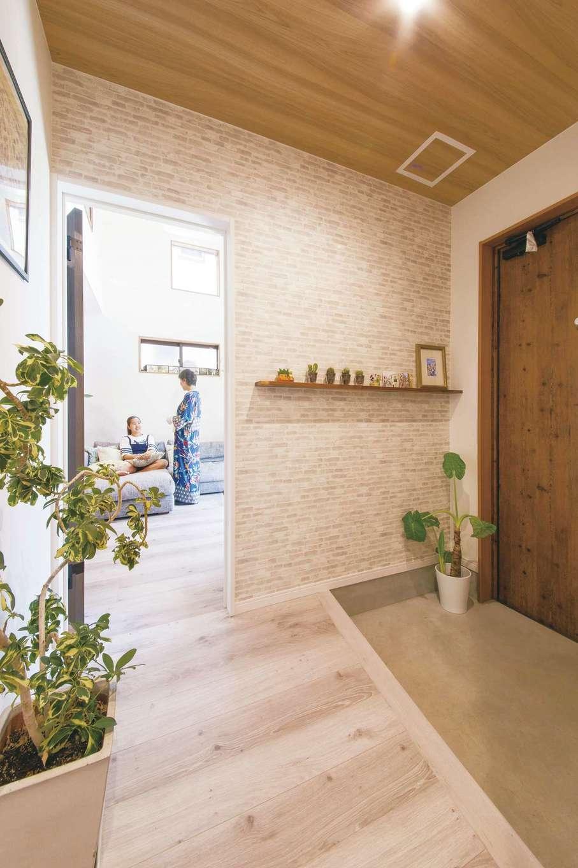 SEVEN HOUSE/セブンハウス【デザイン住宅、趣味、間取り】玄関ホールからのLDKの風景。落ち着いた雰囲気ながら、女性らしい華やかさを感じるのが特徴だ