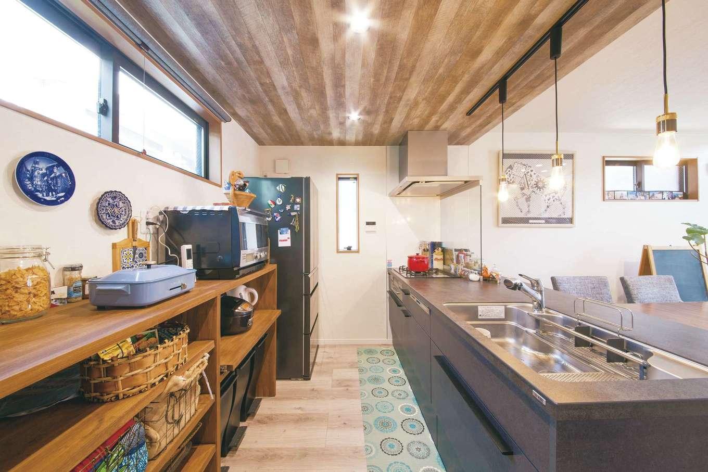 SEVEN HOUSE/セブンハウス【デザイン住宅、趣味、間取り】ステキなインテリア雑貨を多く持つMさんだから、キッチン背面は見せる収納に。キッチン上の天井のクロスやアイアンの照明もお気に入り