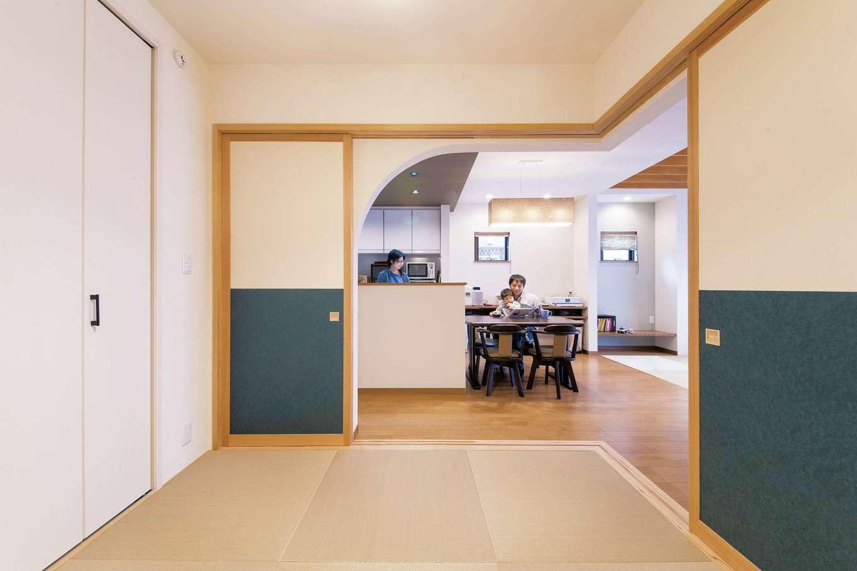 """SEVEN HOUSE/セブンハウス【子育て、収納力、間取り】LDKと続く和室。こちらは""""クラシック""""と""""モダン""""をミックスし、R 垂れ壁が空間に変化を与えてくれる"""