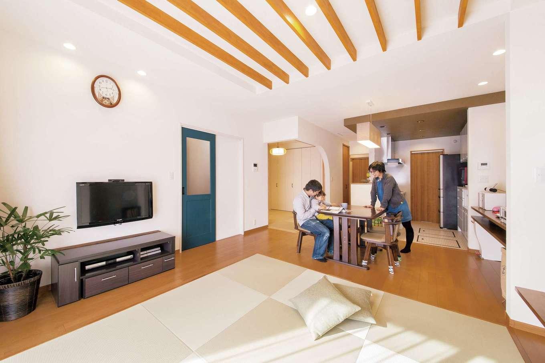 SEVEN HOUSE/セブンハウス【子育て、収納力、間取り】キッチンの横並びにダイニングテーブルを置いたことで空間に奥行きを感じる