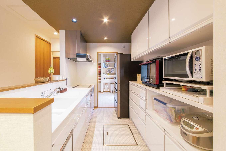 SEVEN HOUSE/セブンハウス【子育て、収納力、間取り】キッチン奥には家事室がある。洗面室とも繋がっていて、家事の負担が減った
