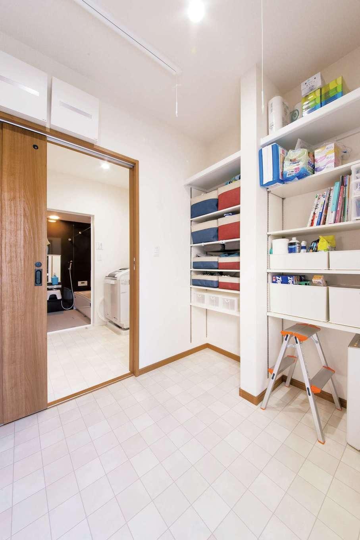 SEVEN HOUSE/セブンハウス【子育て、収納力、間取り】家事室の棚は可動式。ここに家族みんなの下着などが収まり、それぞれの部屋がすっきり