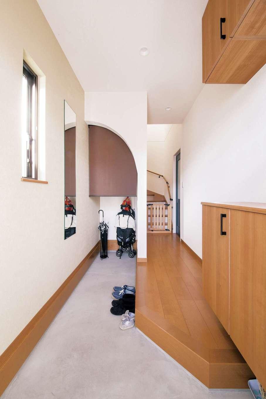 SEVEN HOUSE/セブンハウス【子育て、収納力、間取り】玄関ホールにもR 垂れ壁。収納量もバッチリだ