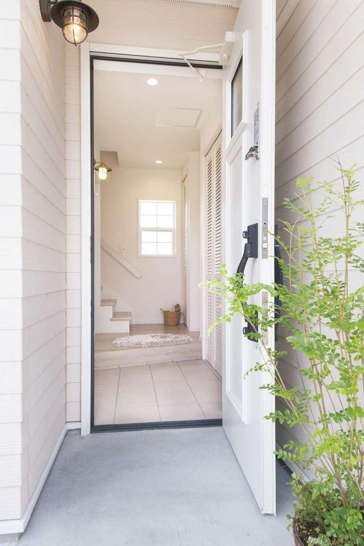 SEVEN HOUSE/セブンハウス【デザイン住宅、二世帯住宅、インテリア】玄関の扉を開けると、外観だけでなく家の中も真っ白! 外光を取り入れ、とても明るい空間になっている