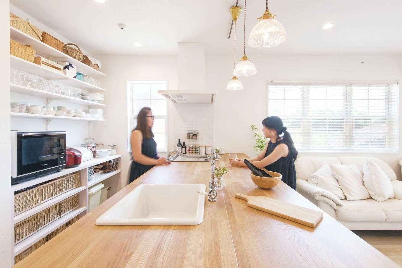 SEVEN HOUSE/セブンハウス【デザイン住宅、二世帯住宅、インテリア】オープンな対面キッチン。トップ部分はカウンターテーブルと段差なくつながっているため奥行きがあり、ケーキをつくったりパン生地をこねたりと使い勝手がいい。朝食はこちらでいただく