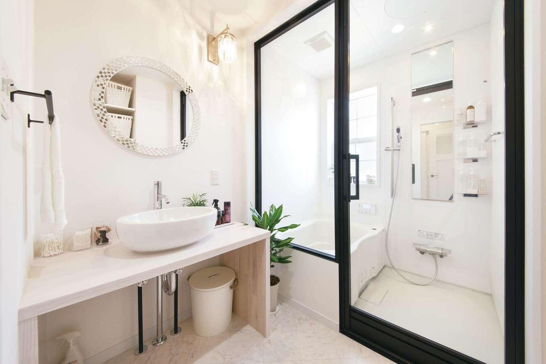 SEVEN HOUSE/セブンハウス【デザイン住宅、二世帯住宅、インテリア】浴室はガラス張りになっていて、ブラックのフレームが空間を縁取る