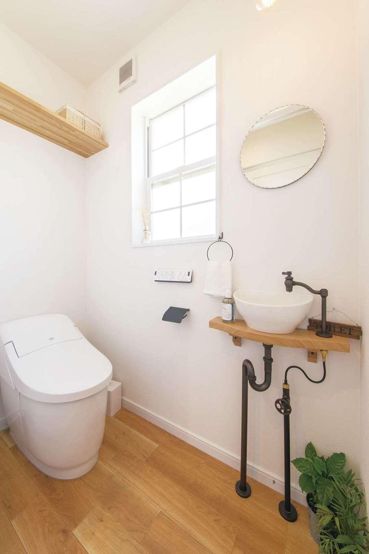 SEVEN HOUSE/セブンハウス【デザイン住宅、二世帯住宅、インテリア】トイレも、丸いミラーやアンティーク風の手洗い台など、ディテールにこだわった