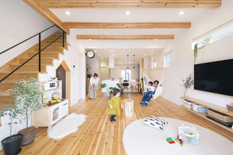 SEVEN HOUSE/セブンハウス【デザイン住宅、子育て、間取り】1階の床は、やわらかくメンテナンスも楽な無垢のレッドパインを選択。キッチンを挟んで南側にリビング、北側にはロールスクリーンで仕切れば客間にもなるスペースを配置した