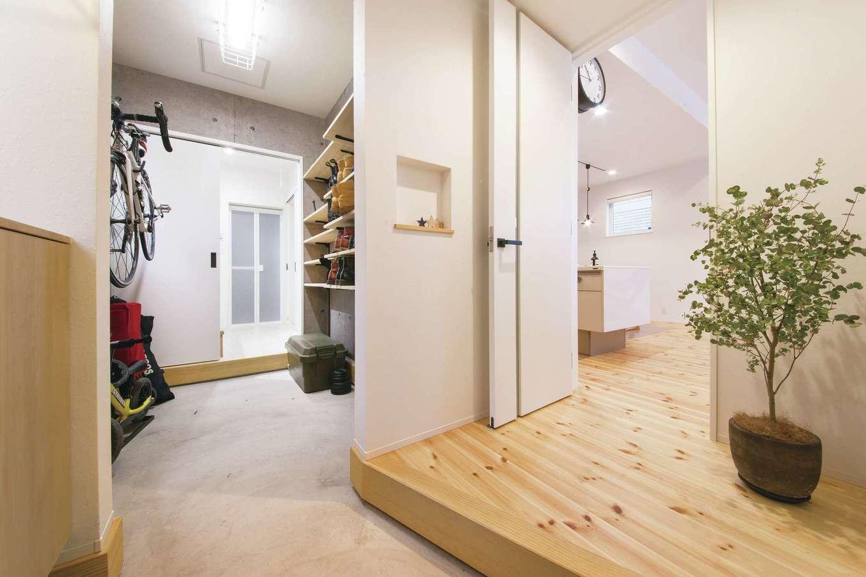 SEVEN HOUSE/セブンハウス【デザイン住宅、子育て、間取り】玄関→土間収納→洗面→リビングとぐるりと回れる動線が特徴のM邸