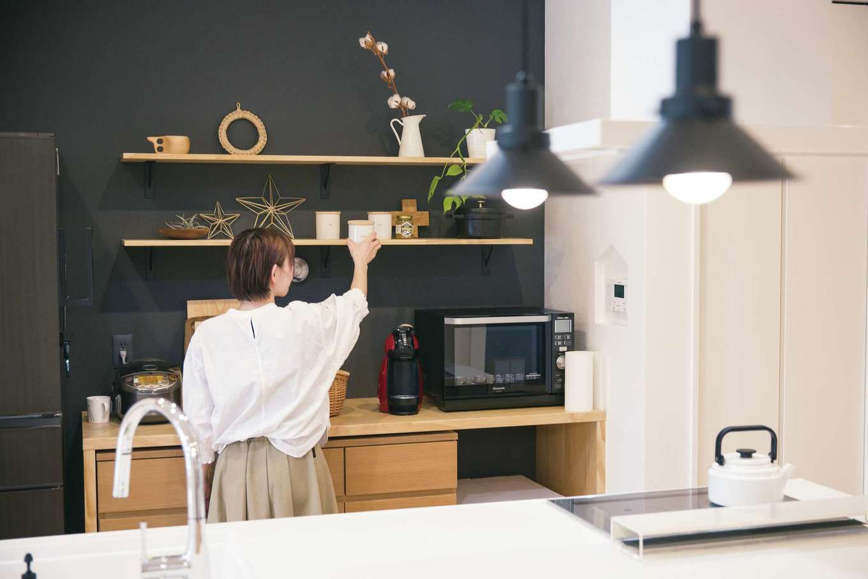 SEVEN HOUSE/セブンハウス【デザイン住宅、子育て、間取り】キッチンの背面にはシンプル&ナチュラルな収納を造作した