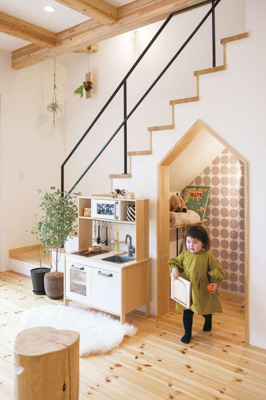 SEVEN HOUSE/セブンハウス【デザイン住宅、子育て、間取り】「階段下を収納にしてみては?」と担当の西岡さんから提案され、完成したのがこちら。「せっかくならかわいくしようと思い、入り口を家の形にして壁紙にもこだわったら、一番のお気に入りのスペースになりました」と奥さま。子ども達も率先して片付けに参加している