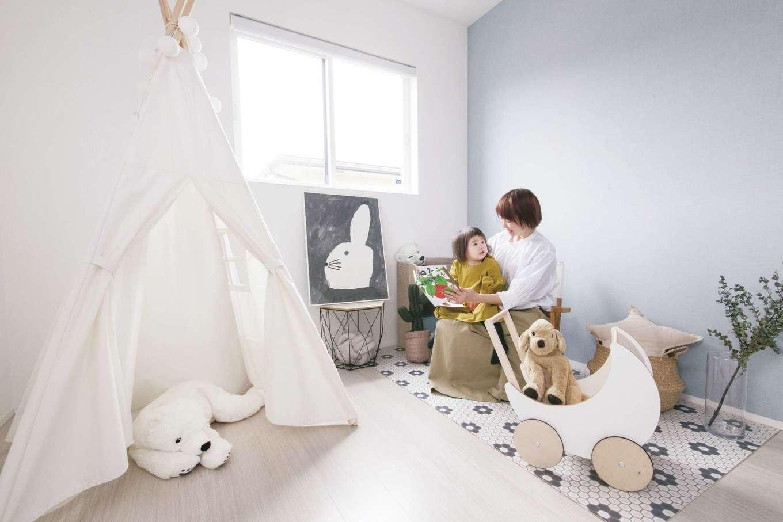 SEVEN HOUSE/セブンハウス【デザイン住宅、子育て、間取り】白を基調にやわらかいトーンで統一した子ども部屋は、奥さまの趣味を反映したおしゃれな空間に